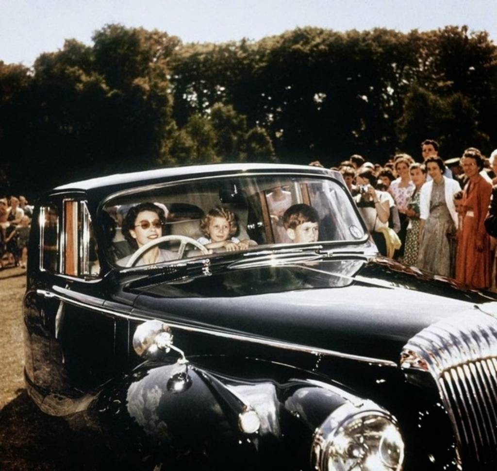 16 1957_queen_elizabeth_driving_her_children_prince_charles_and_princess_anne_in_windsor