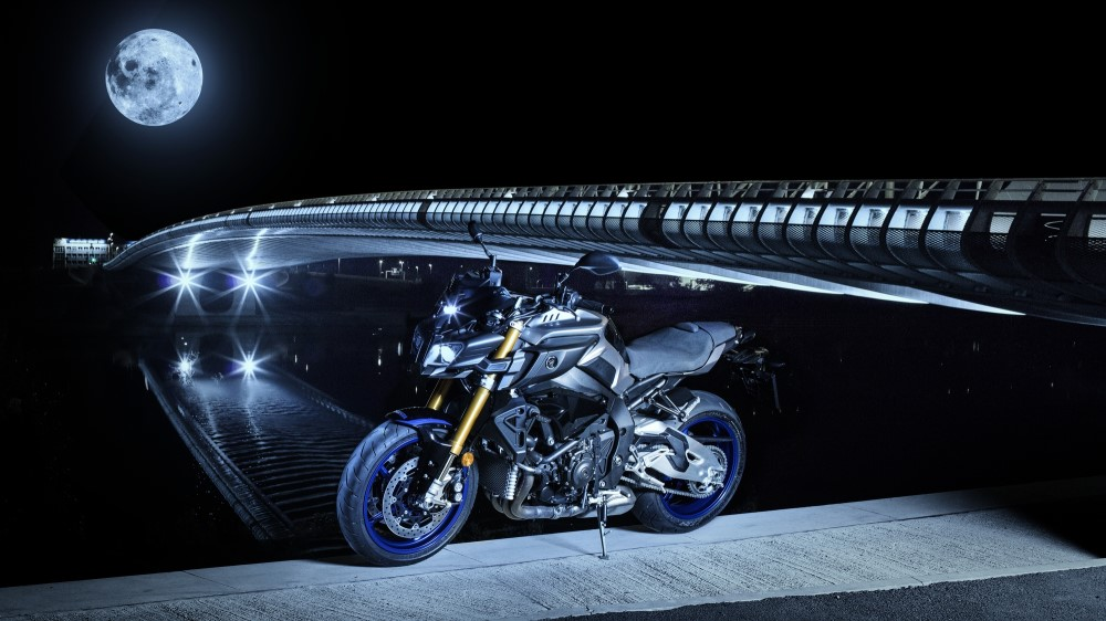 2017-yamaha-mt10dx-eu-silver-blu-carbon-static-005